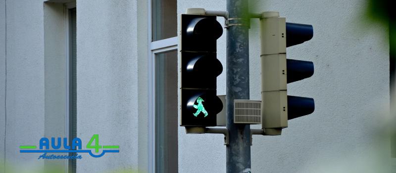 Todos los peatones deben respetar los semáforos