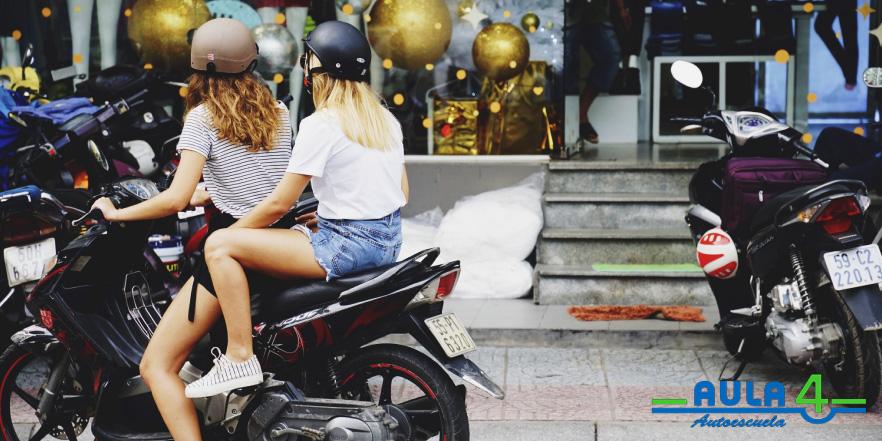 El carnet de moto AM puedes obtenerlo con 15 años de edad, realizando un examen previo.