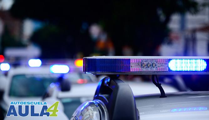 Policía poniendo una multa a conductor.