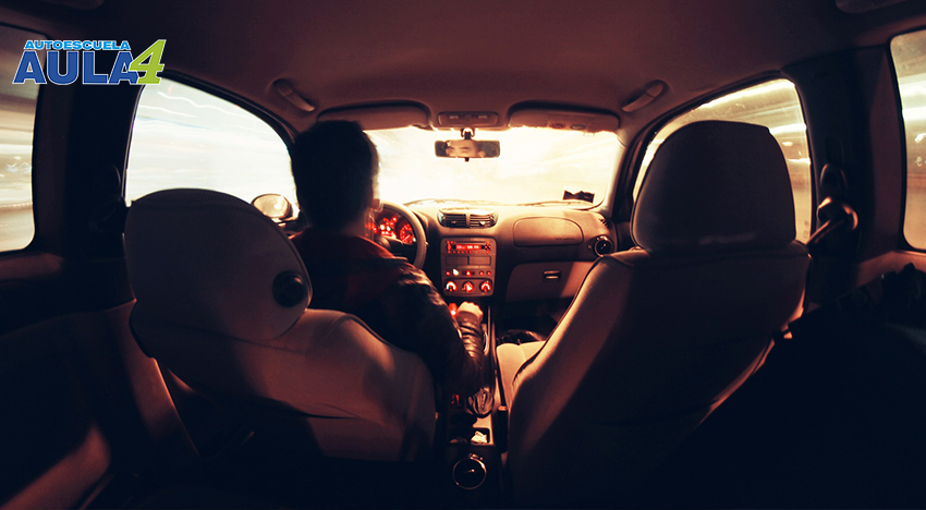 Un hombre conduciendo con miedo o lo que es lo mismo con amaxofobia