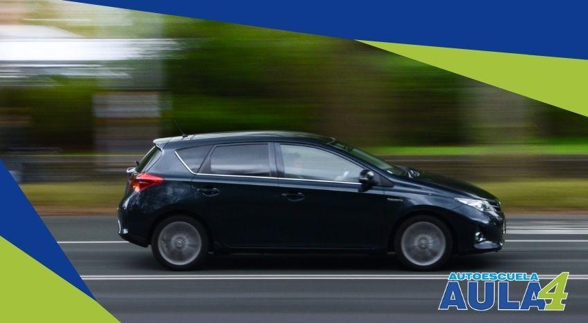 Imagen de coche automático en carretera.