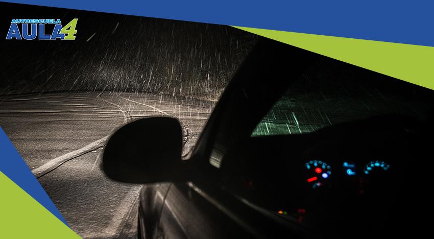Coche yendo por una carretera nevada de noche