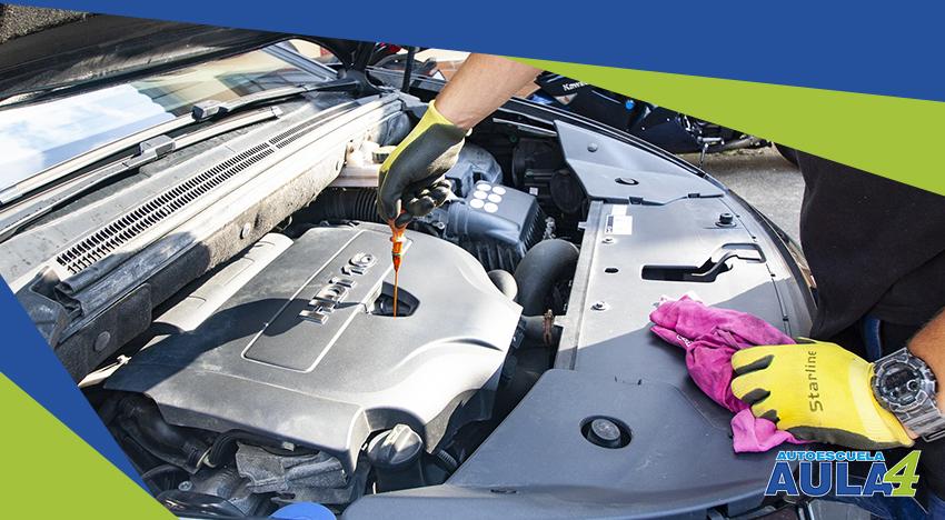 Mecánico realizando el mantenimiento a un vehículo
